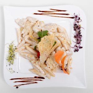 Penne cu salata mixta si pui (300 g)