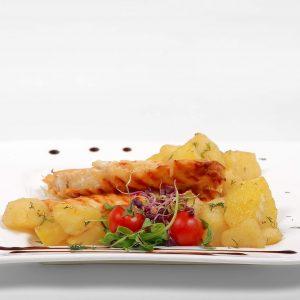 Piept de pui in crusta de parmezan cu cartofi si marar (300 g)